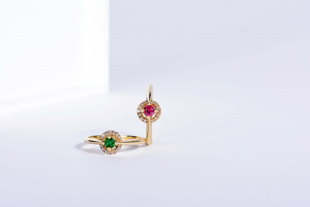 Zlaté prsteny s barevnými drahokamy