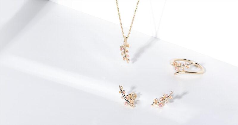 šperky s barevnými drahými kameny